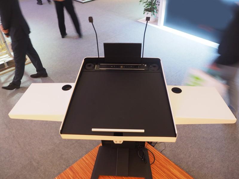 Elektrisch höhenverstellbares Rednerpult für Rollstuhlfahrer-p 3 3 9 8 3398 KANZLER barrierefreies Rednerpult-