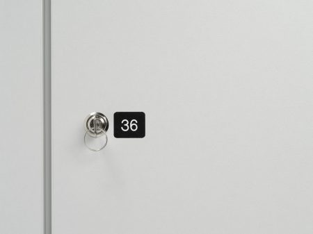 Holz-Schließfachschrank mit Türen