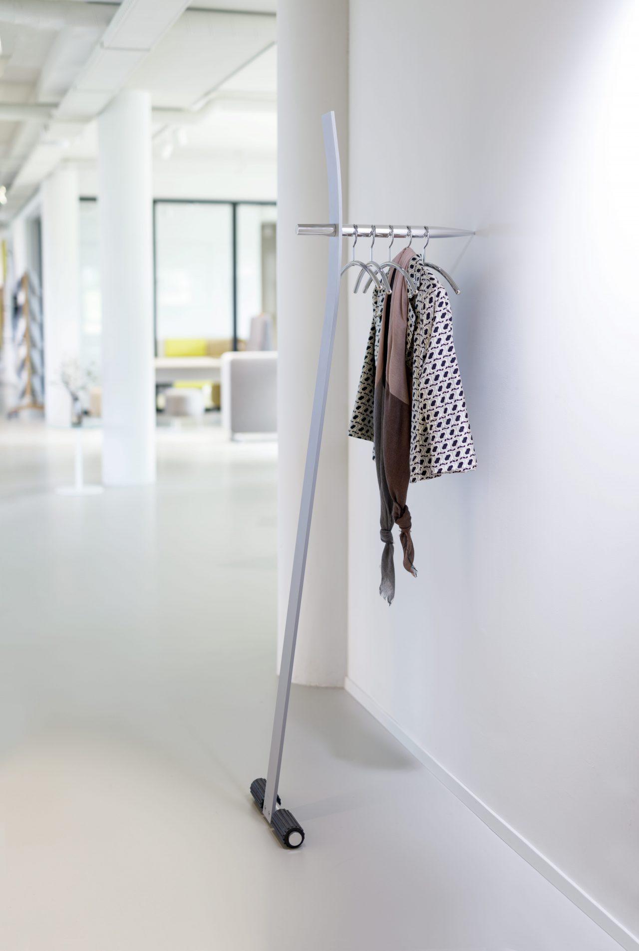 Garderobenständer Standalone, lehnt an der Wand